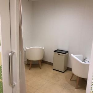 授乳室には台と椅子が3つずつ