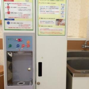 入って正面に給水給湯器とシンクがあります。