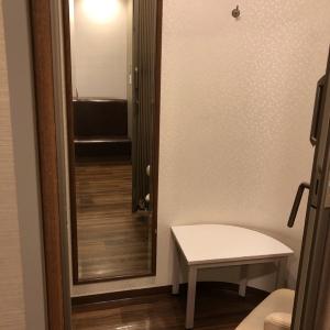 授乳室の中には椅子と棚と鏡がありました。
