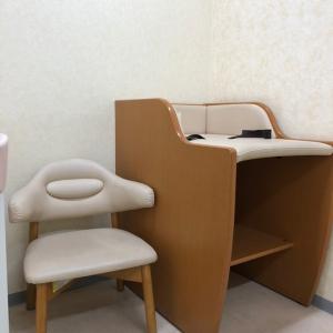 授乳室内の椅子、オムツ台