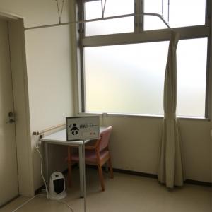 廊下の片隅にカーテン1枚で仕切られたスペースがあります。ちょっと落ち着かないかも…
