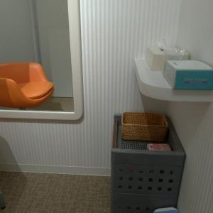 撮影スタジオの更衣室でもあるので、あぶらとり紙等も置いてありました