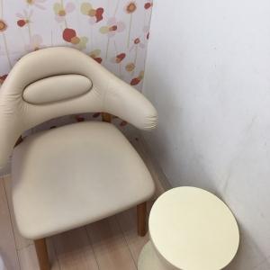 薄いカーテンの中に椅子とテーブルがあります。