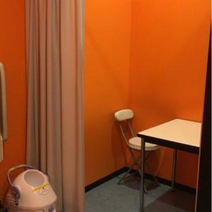 キッズスポッチャ内トイレの授乳スペース。カーテンで仕切られています