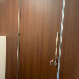 扉の隙間が修理されていました。