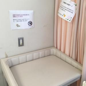 授乳室内に、3か月の赤ちゃんまでが使用可能なオムツ替えベットがあります。それ以降の赤ちゃんは別の場所にオムツ替えベットがあります。