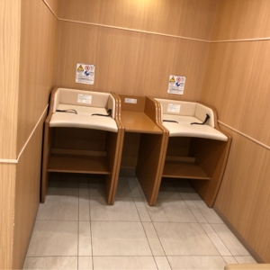 授乳室の前にオムツ替え台があります。
