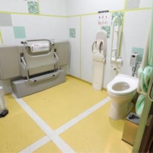 サンシャイン水族館(1F.2F 多目的トイレ)のオムツ替え台情報 画像1
