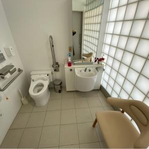身障者用トイレ内に授乳イスあり
