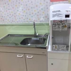 授乳室とフードコートに調乳用のお湯があります。これは授乳室。