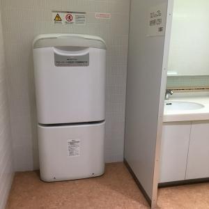 授乳室の外にはオムツ替え台もあります。右手側はトイレです。