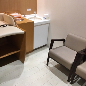 おむつ交換スペースに椅子が2つ、2人掛けソファ1つ