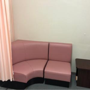 2人がけのソファが2セットあります。