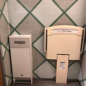 左/オムツ用ゴミ箱、右/おむつ交換台