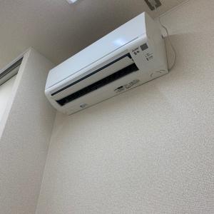 入り口にエアコンがついており、自由にスイッチを入れれる様になってます。