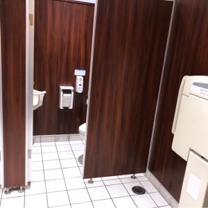 個室トイレの前にオムツ台が1つありました。