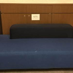 青いソファには「オムツ替えにご利用ください」の張り紙が。オムツは持ってかえりましょう。