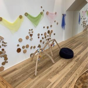 壁に木で作られたデコレーションが貼ってあり動かして遊べます