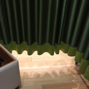カーテンで三部屋仕切られてます、空調でフワフワするのでドキドキします。