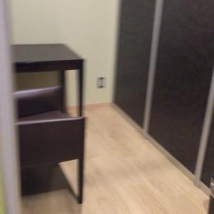 授乳室。椅子、テーブル、コンセントあり。広いです。