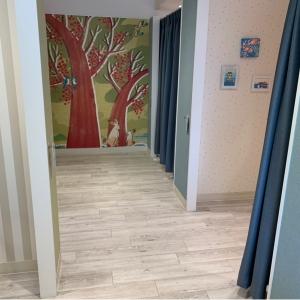授乳室は女性専用。扉の向こうに個室が並んでいます。