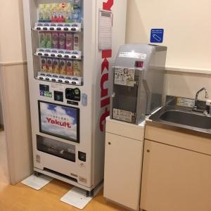 調乳用のお湯、シンク、自販機。