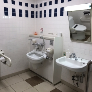 おむつ交換台がある多目的トイレです