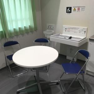 授乳室にはパイプ椅子4脚、オムツ替え台、ベビーチェア完備