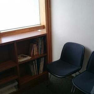 本と椅子があるのみ。