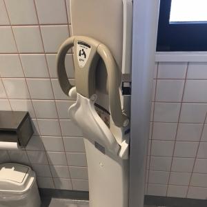 女性トイレ個室にはベビーキープ1台あり