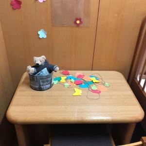 授乳用に小さな机と椅子があります。