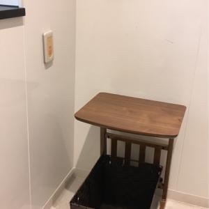 授乳室内小さなテーブルと荷物入れあり