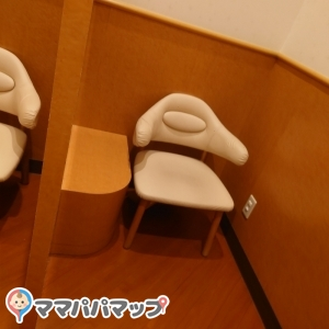 椅子の横に荷物置くスペース有り。