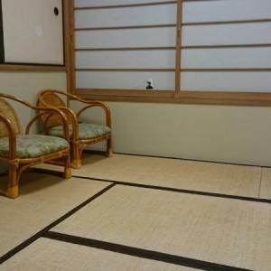 椅子が2つありますが、私は畳に座って授乳しました。