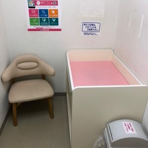 オムツ替えスペースと授乳用の椅子が一つあります