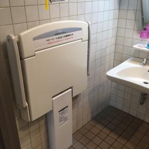 授乳室のすぐ近くのトイレにもオムツ替えシートがあります。