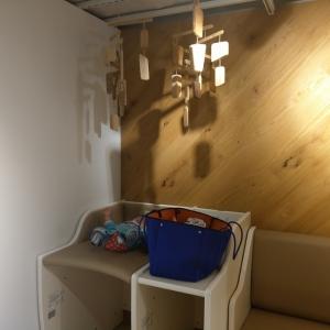 左からおむつ台、荷物置き場、ソファーです