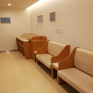 オムツ台3台と長めのソファーが2つあります。