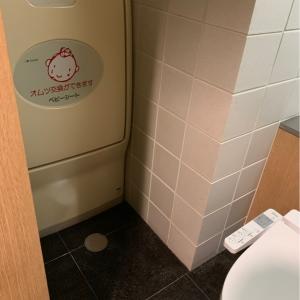♡1F東側のオムツ台♡トイレの個室に併設