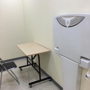 多目的トイレ隣の、鍵のかかる個室。授乳するには椅子の高さが合わなくて少し辛いけど、授乳室があるだけありがたいです。