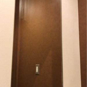 授乳室の中に大きめの姿見あり。あとコンセント有り。