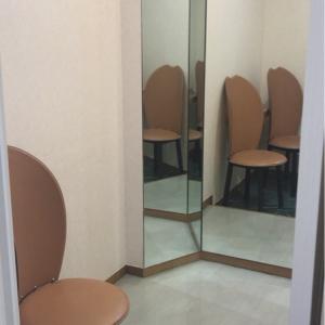 授乳室入って右手に小部屋あり。三面鏡スペースと、椅子2脚あり。