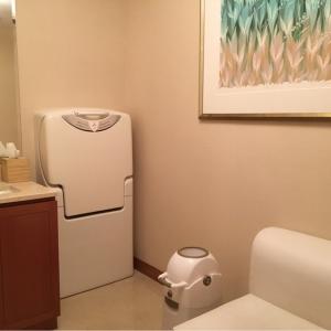 広々として、おむつ交換台、オムツ用ゴミ箱はもちろん、洗面台まで完備の完全個室の授乳室です。