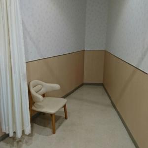 授乳室一つ。椅子とカーテンのみ