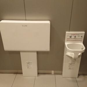 多目的トイレにあるおむつ交換台とベビーキープ
