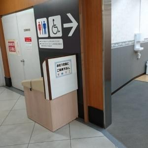 男性でもおむつを変えられるように、廊下に設置されてました