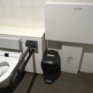 1階 多目的トイレのオムツ交換台とオムツ用ゴミ箱。清潔です!
