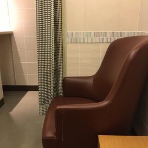 授乳用ソファとサイドテーブルが2つずつあります。授乳室自体はカーテンで隠れますが、ソファとソファの間は仕切られていません。ベビーカー同士だとちょっと狭いかも。