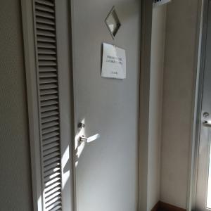 授乳室入り口です。カウンターで声をかけてから使用します。