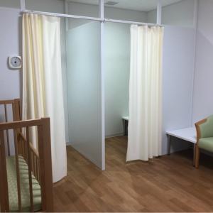 授乳室の中のの個室の仕切りはカーテンです